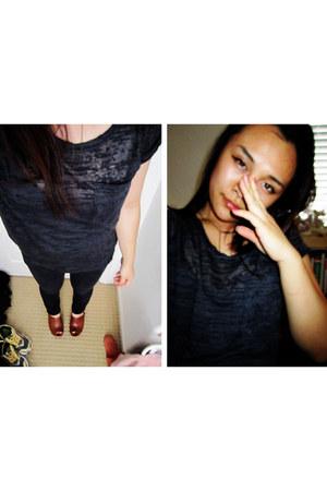black burnout t shirt redi shirt - dark gray jeans - tawny Zigi clogs