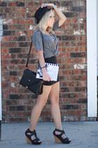 heather gray oversized Old Navy t-shirt - black high waisted Forever 21 skirt