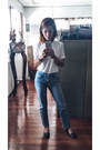Blue-jeans-white-t-shirt-tods-heels