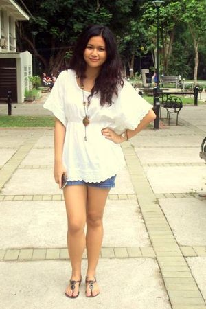 white thrifted blouse - blue Levis shorts - black Grendha shoes