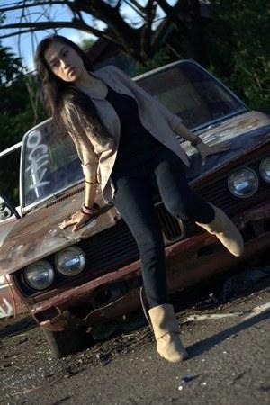 beige boots - dark gray jeans - dark gray t-shirt