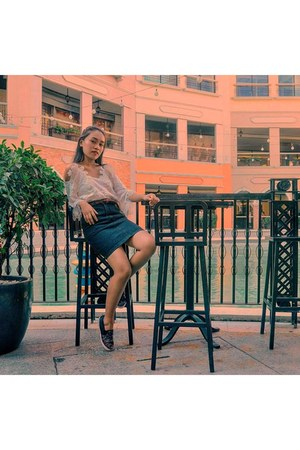 white top - black denim skirt - brown leather belt - black sneakers