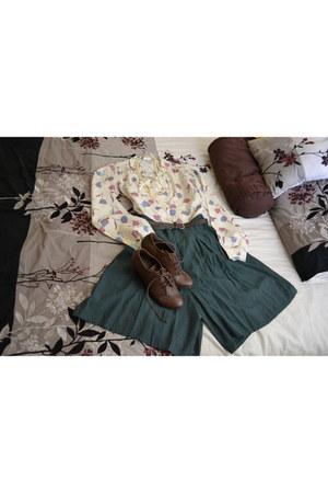blouse - dark green polka dot shorts - wedges Oxford sandals