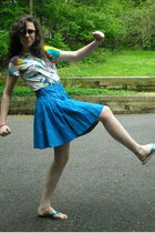 white diy tie-dye Hanes shirt - brown vintage sunglasses - blue delias skirt