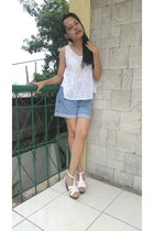 sky blue Guess shorts - white top - ivory wedges