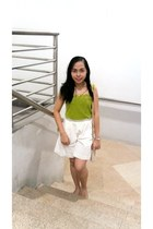 eggshell Guess bag - beige flats - white pants - chartreuse top