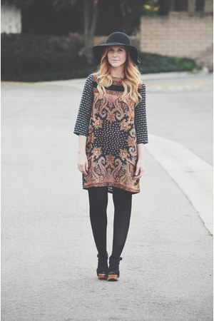 paisley shift Boohoo dress - floppy hat - Forever 21 clogs