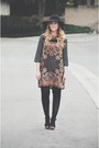 Paisley-shift-boohoo-dress-floppy-hat-forever-21-clogs
