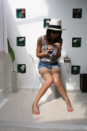 Italy hat - Ta-prachan top - Levis shorts