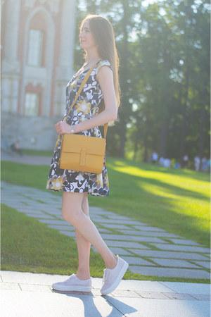 navy idaLaida dress - gold ecco bag