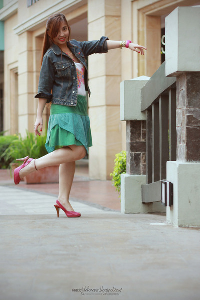 white cotton top - hot pink printed heels - green cotton skirt