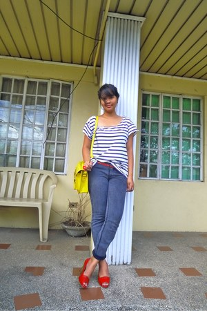 white diy shirt - yellow bag - red open toe Macys heels - dark gray thrifted pan