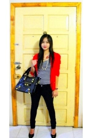 red blazer - black shirt - black jeans - black - black shoes - gold necklace