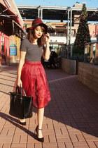 maroon H&M hat - black shopper Zara bag