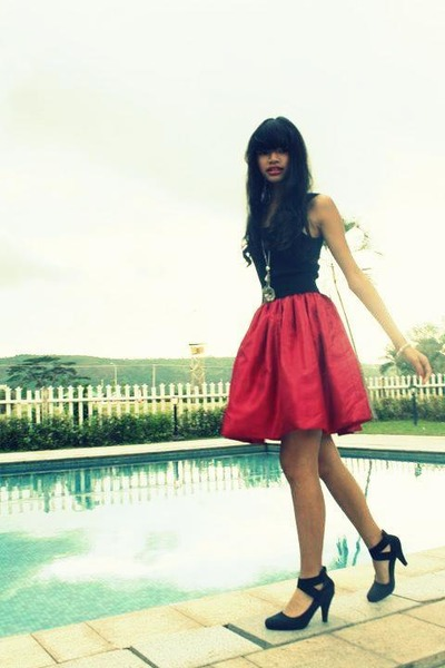 ruby red Gurls skirt - black top - black Maurices heels