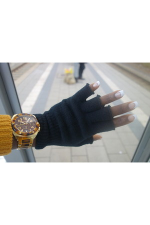 mustard knitted sweater - black knitted gloves - burnt orange Michael Kors watch