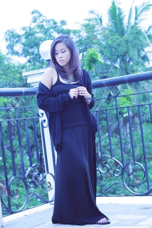 black oversized SG cardigan - black tank top bench top