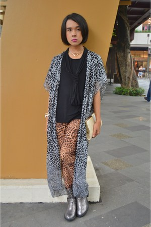 Terranova boots - leopard print Circles en Dots leggings - Accessorize bag