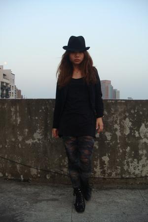 black boots - black hat