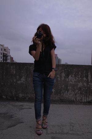blue jeans - black t-shirt