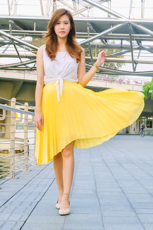 yellow pleated apartment 8 skirt - white cotton Topshop top