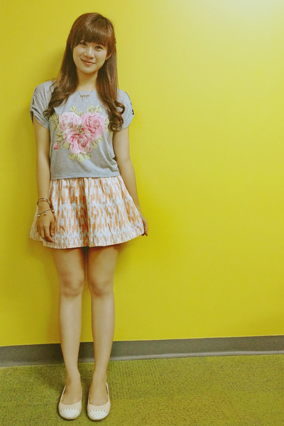 heather gray Just G t-shirt - peach printed Just G skirt