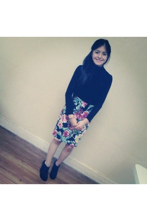 floral skirt - top - black closed wedges