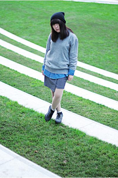 black beanie Monki hat - blue denim shirt - heather gray jumper