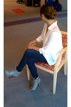 taupe Qupid Shoes boots - blue JBrand skinnies jeans - white H&M white top shirt