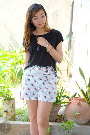 black Lets Stylize top - white Zara shorts