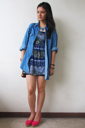 navy denim shorts - blue paisley print top - blue denim blouse - hot pink wedges