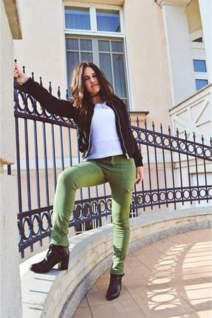 olive green cargo H&M pants - black boho Stradivarius boots
