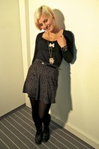 gold Claires necklace - gold vintage necklace - black H&M boots