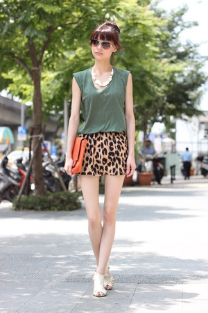 bronze shorts - dark green shirt - carrot orange bag