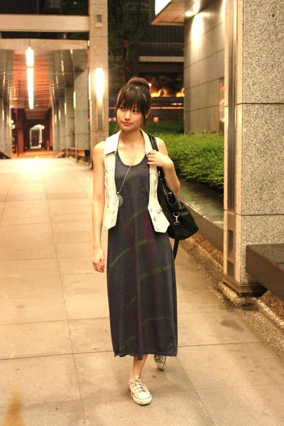 1f498aeeab3d white converse shoes - navy dress - black bag - light blue vest