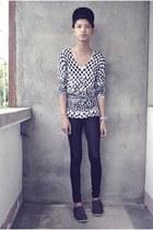 black H&M shoes - black H&M hat - black Forever 21 leggings - white volcom top -
