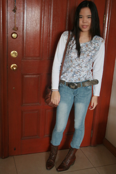 white top - blue jeans - brown bag - brown shoes - brown belt