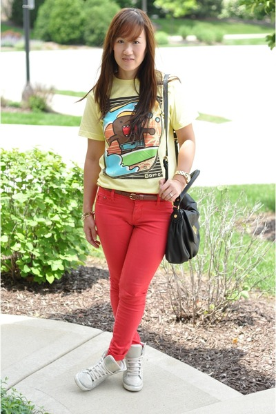 light yellow domo printed Old Navy t-shirt - red skinny TJ Maxx jeans