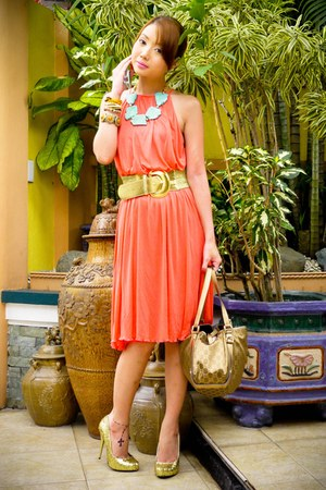 turquoise blue Vida Jewelries necklace - coral pleated Zara dress