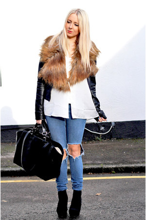 black chelsea boots asos boots - blue ripped asos jeans - white pull&bear shirt