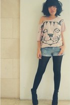 pink cropped artwork t-shirt - black heels Forever 21 boots