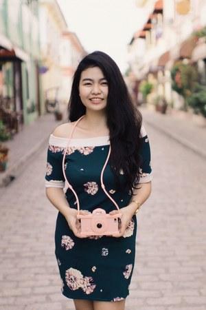 dark green dress - light pink accessories