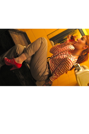 red Pili & MIli t-shirt - beige Zara pants - red Topshop shoes