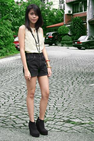dark gray BNG boots - dark gray arizona jeans shorts - neutral Veeko top