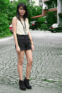 Dark-gray-bng-boots-dark-gray-arizona-jeans-shorts-neutral-veeko-top