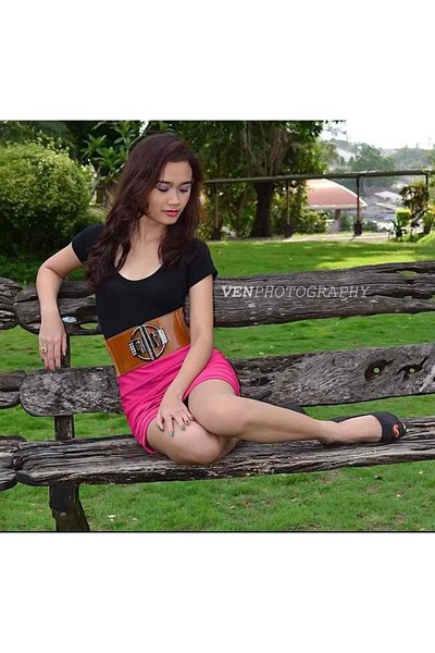 hot  pink skirt - black pumps - crown ring - black top