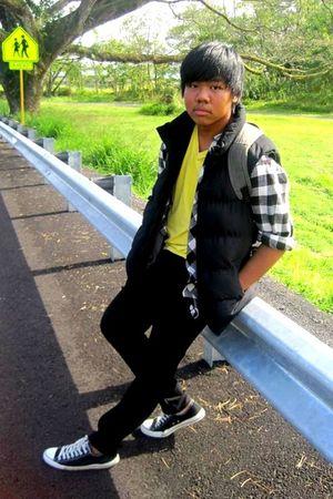 black chuck taylor Converse shoes - black skinny Social Collisions jeans - No Re