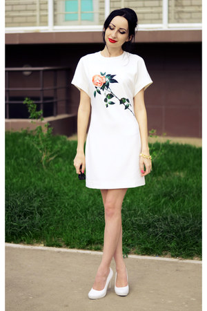 white Front Row Shop dress - yellow Appleineye bracelet