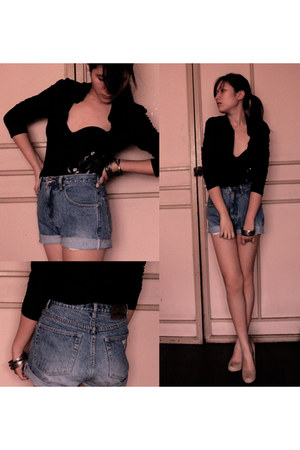 black vintage shirt - blue high-waisted Guess shorts
