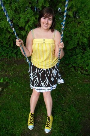 yellow Roxy shirt - black striped italian skirt - yellow Converse sneakers